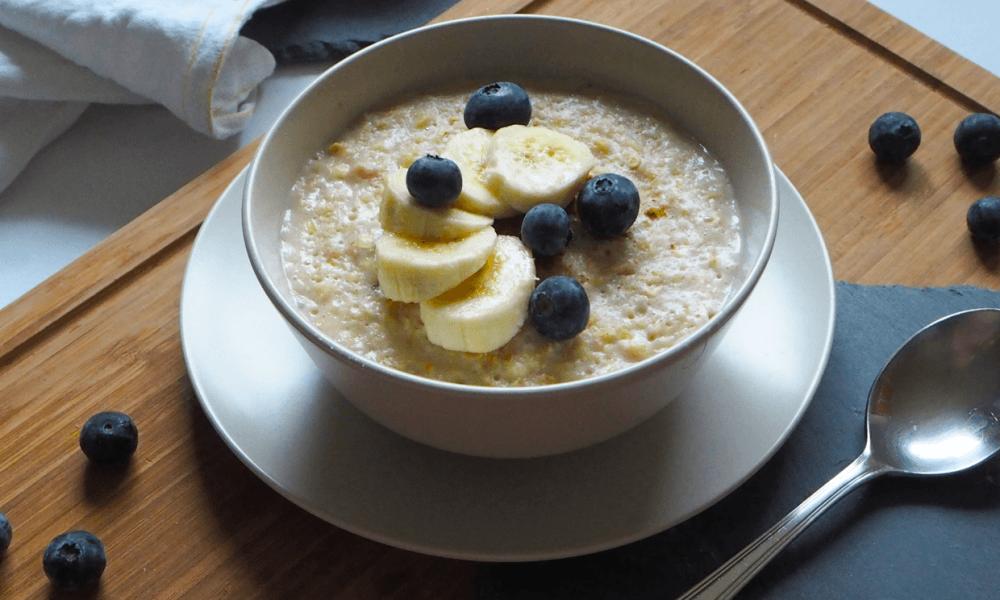 Vegane Porridge mit Banane und Heidelbeeren